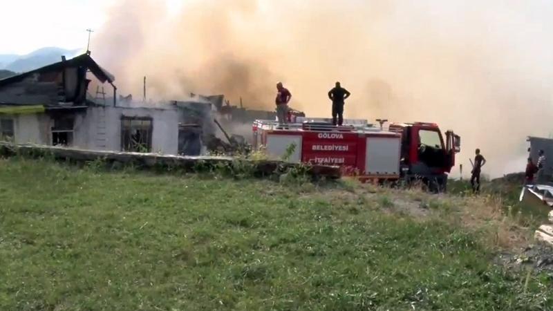 Refahiye'de çıkan yangın paniğe neden oldu